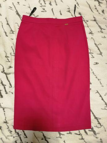 Spódnica dopasowana firmy MOHITO w rozmiarze 34/XS, ciemny róż.
