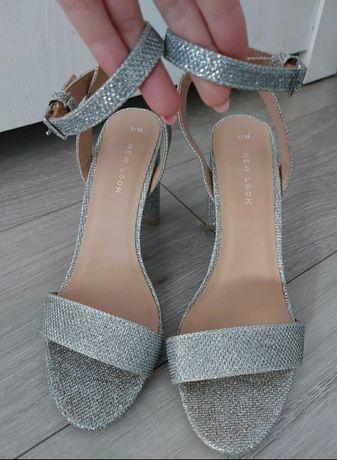 Srebrne buty na obcasie