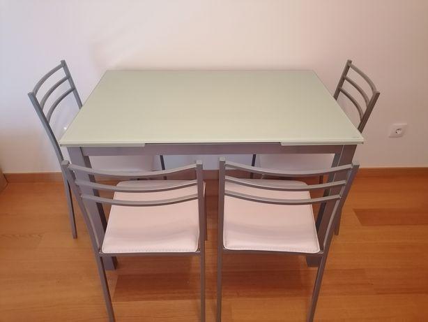 Mesa de cozinha extensível e cadeiras