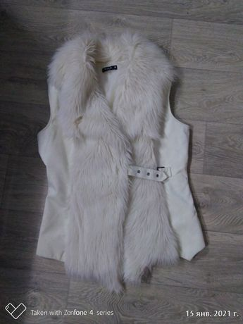 Меховая жилетка белая