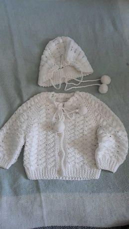 Biały sweterek z czapeczką