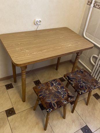 Стол кухонный и 2 табурета