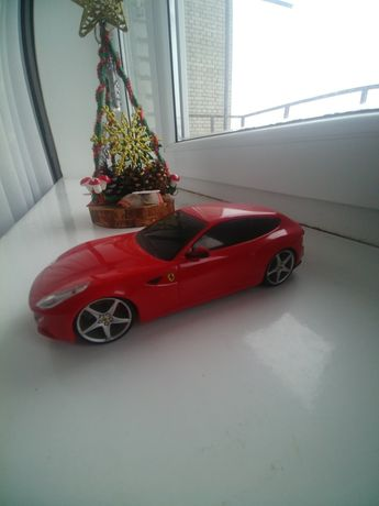 Іграшкова машинка Ferrari на радіоуправлінні