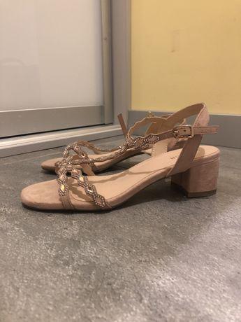 Nowe sandaly rozowe z kamykami.