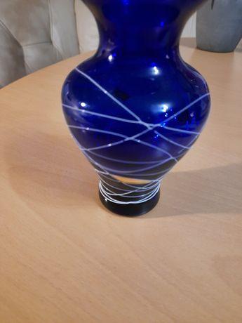 Zabylkowy wazon ręcznie zdobiny.