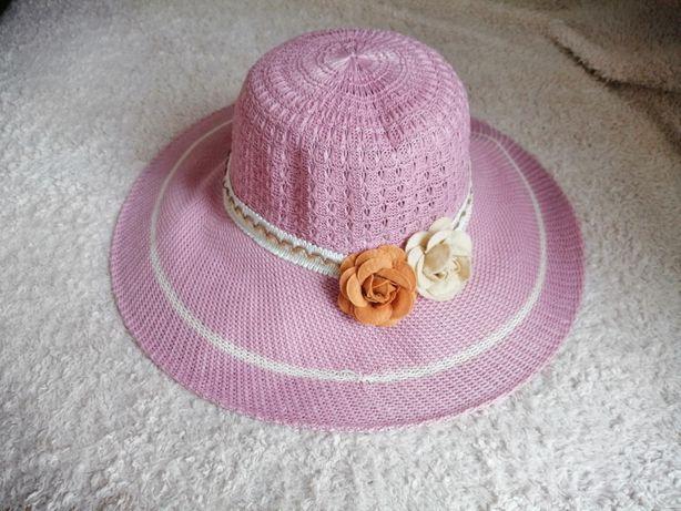 Różowy kapelusz od słońca