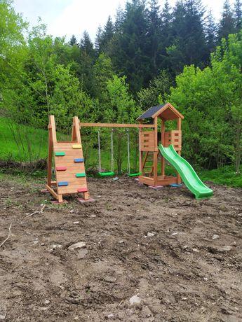 Plac zabaw dla dzieci huśtawki zjeżdżalnia