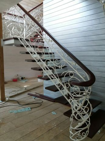 Виготовлення Монтаж та Установка дерев'яні та металічні сходи  .