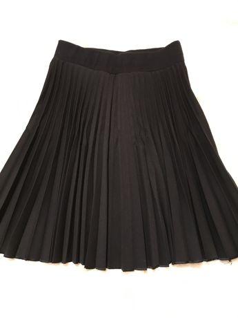 Юбка на резинке , чёрного цвета .