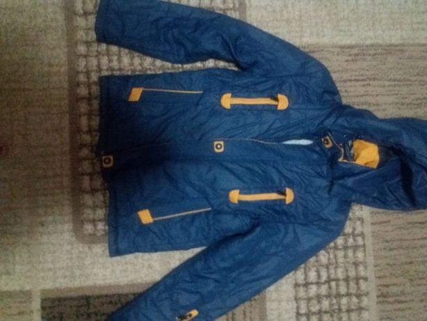 Продам недорого демісезонну куртку на хлопчика 6-7 років.