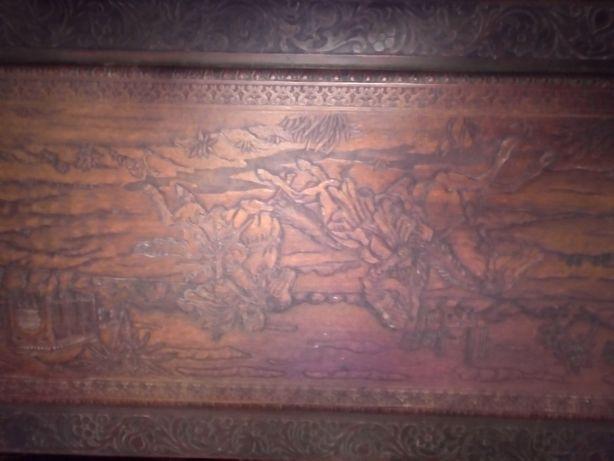 Mala antiga em madeira toda gravada em relevo