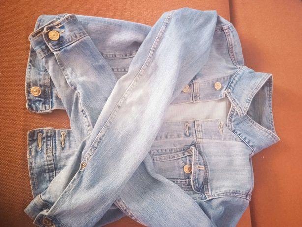 Katana jeansowa na nastolatkę i kobietę pasuje do każdej stylizacji