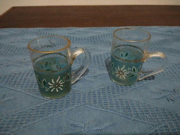 Duas canecas de vidro
