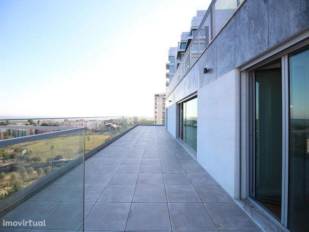 Apartamento Penthouse T3, novo, no Restelo com três parqu...