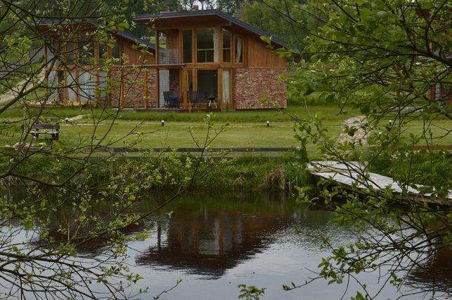Domek nad jeziorem z basenem z sauną i gorącą beczką , blisko morza,