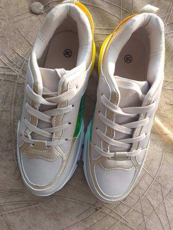 Кросівки спортивні