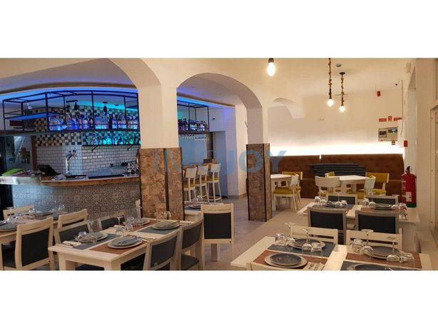 Restaurante Na Zona Centro De Ferragudo Com Vista Para O ...