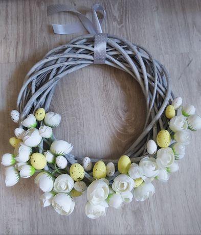 Stroik Wielkanocny wiklinowe koło z kwiatami