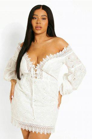 Sukienka koronkowa haftowana sznurowany dekolt 50-52