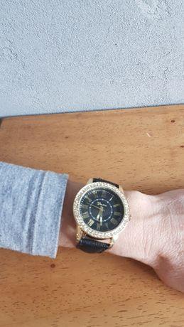 Zegarek na czarnym skóranym pasku cyrkonie wrocław