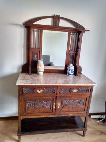 Mobília antiga com mármore.