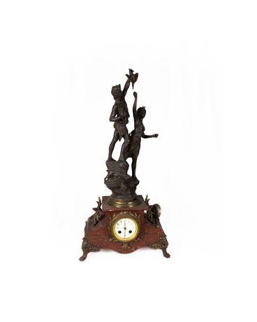 Relógio com escultura de figuras do século XIX