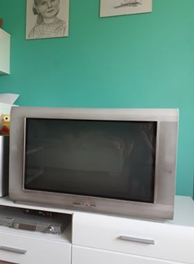 stoli szklany pod telewizor z telewizorem