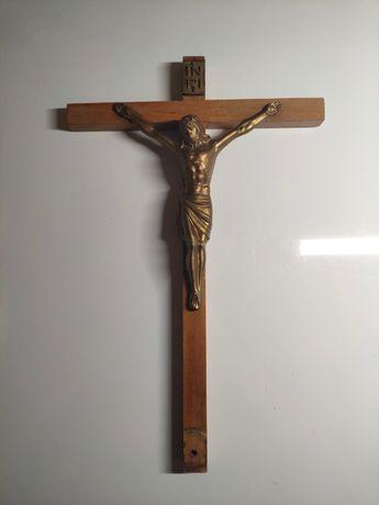 Drewniany krzyż na ścianę