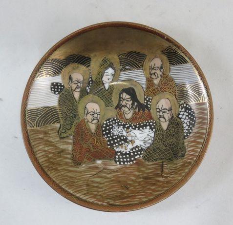 Pires de porcelana japonesa decorado-figuras humanas e um dragão 14cm