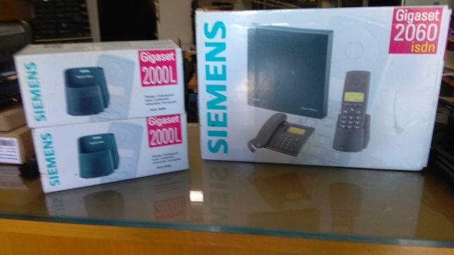 Vendo central telefónica Siemens com dois telefones portáteis.
