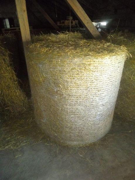 Słoma ze stodoły sucha ładnie zbita