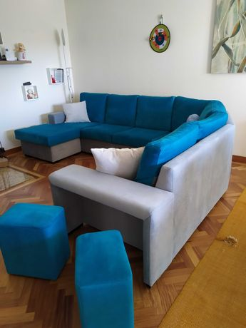 Sofá de canto com chaise longue e 2 puffs