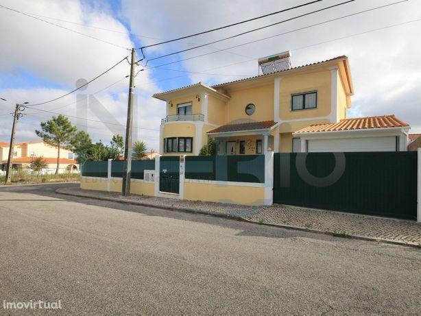 Moradia T4 - Caldas da Rainha - 2 Garagens - Jardim - Anexos