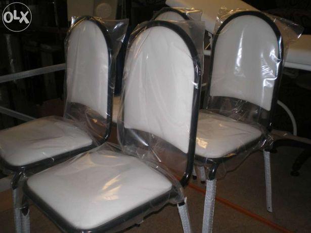 """Cadeira com estofo branca """"Novas""""."""