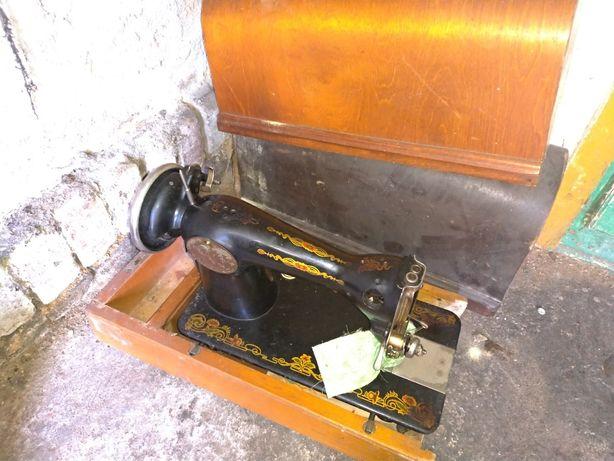 Radziecka maszyna do szycia w kuferku drewnianym