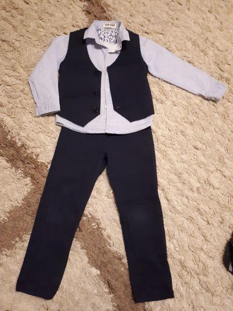 Продам стильный костюмчик для мальчика 4 годика.