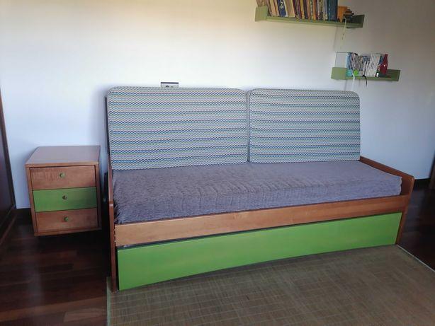 Cama / Sofá - 2 camas solteiro + 2 colchões + mesa cabeceira