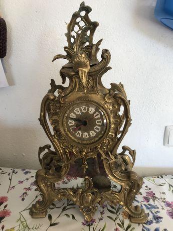 Relogio de sala em bronze, com pendulo !