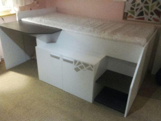 Łóżko piętrowe z biurkiem i szafką