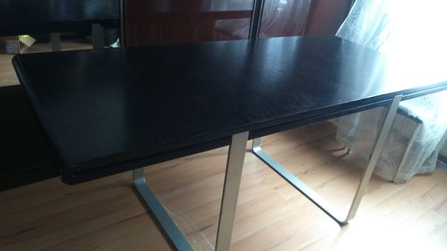 Stół drewniany na metalowych nóżkach