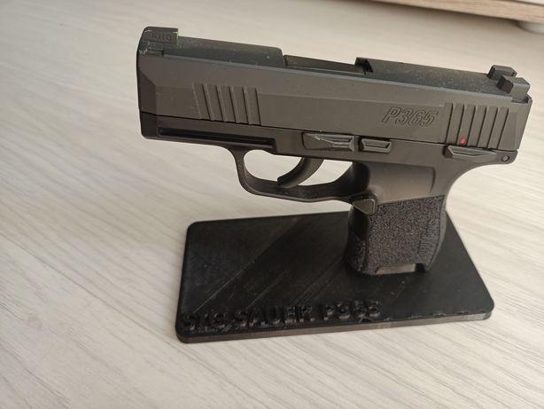 Ekspozytor podstawka na pistolet wiatrówkę Sig Sauer P365 napis