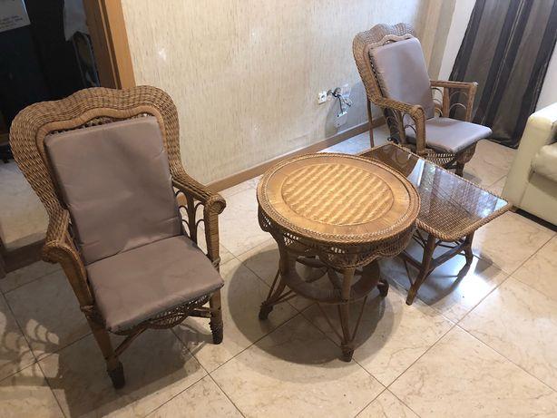 Mesas e cadeiras antigas em excelentes condições