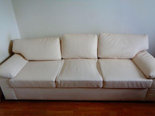 Ładna sofa z ekoskóry
