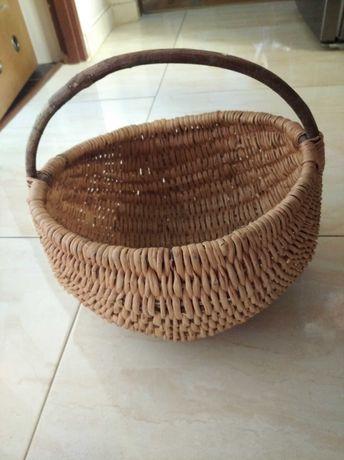 Koszyk wiklinowy z pałąkiem typu kobiałka