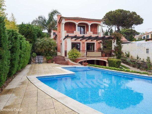 Espaçosa moradia com jardim e piscina privativos, em exce...