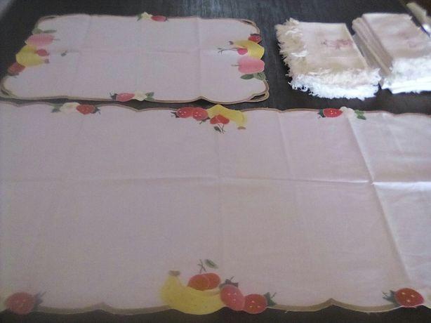 Dois panos bordados e guardanapos brancos