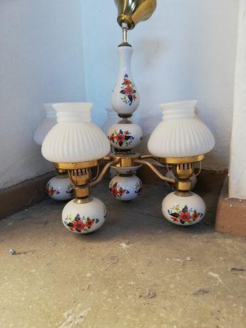 Stylowy stary żyrandol ceramiczny