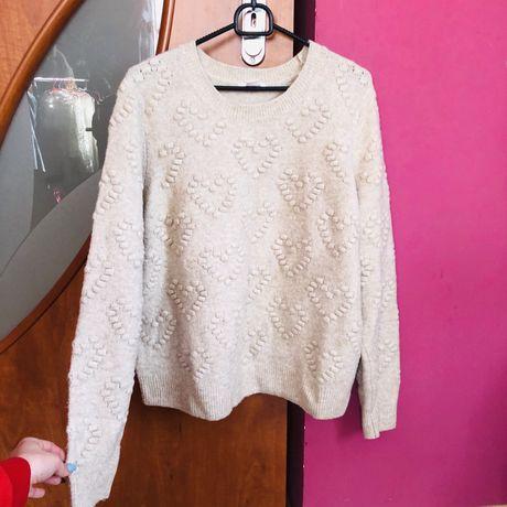 Beżowy sweterek H&M wypukłe serca ciepły wiosenny sweter nude tanio