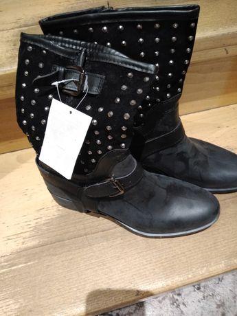 Czarne, ocieplane buty z cekinami .