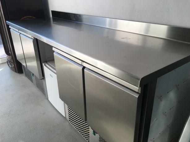 Stół chłodniczy 225x70x86 cm, z miejscem na wózek gastronomiczny,
